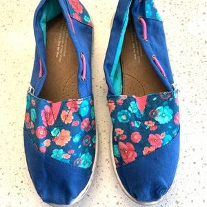 Toms | Blue with floral print Sz Y 6